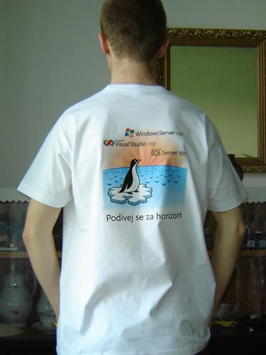 """obrázek: Tričko z konference Microsoft """"Podívejte se za horizont"""""""